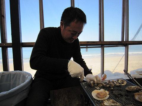 牡蠣を開けるT氏